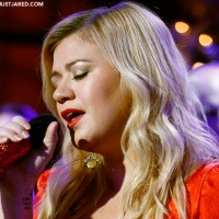 Kelly Clarkson has 'all day and all night' sickness