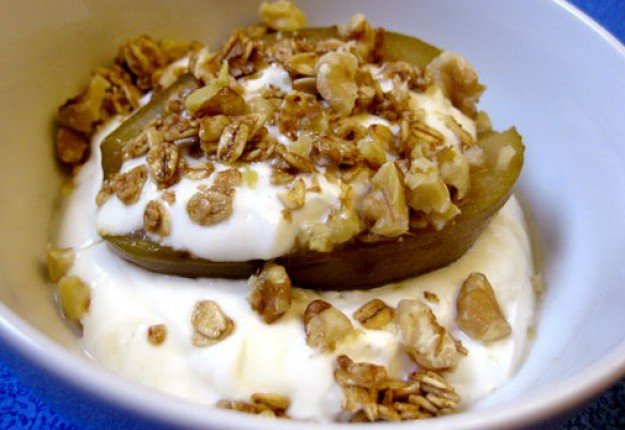 Baked Pear with yogurt and walnuts