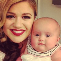 Kelly Clarkson's little girl is the CUTEST way to advertise!
