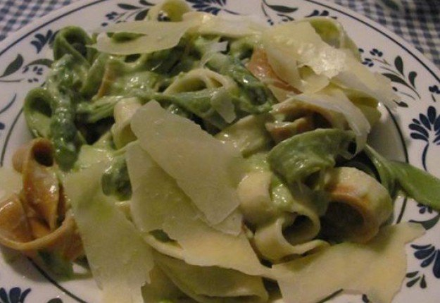 Pasta with asparagus sauce