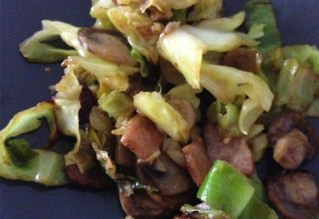 Steamed cabbage with bacon and mushroom