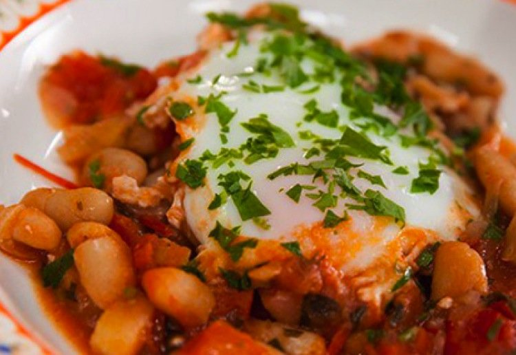 Baked eggs, cannellini beans and tomato