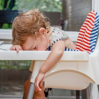 Video: Hungry toddlers who can't stay awake