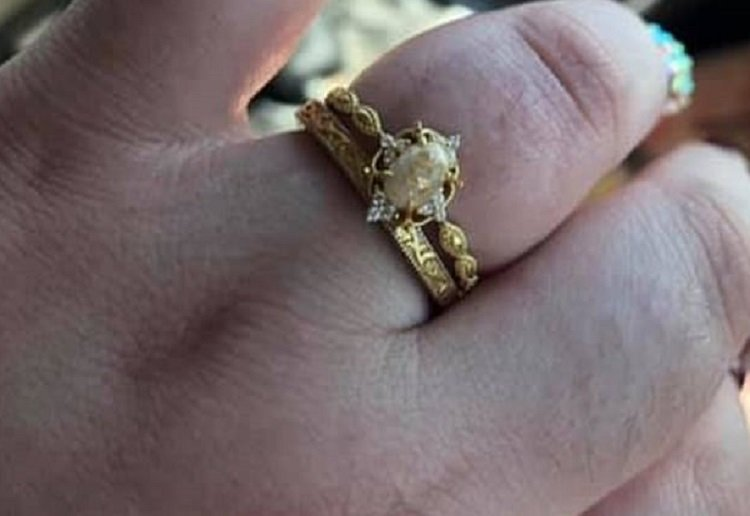 Mum's Unusual Engagement Ring Made From Breast Milk, Umbilical cord and Human Hair