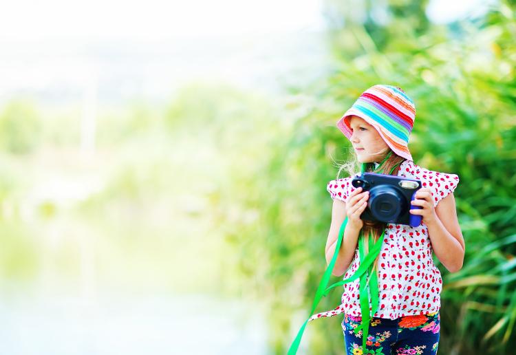 Kids taking photos_main image_750x516