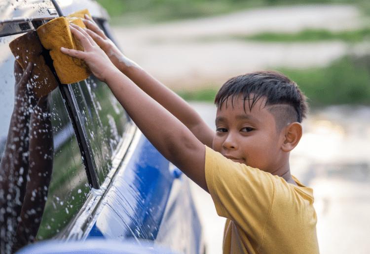 kids washing car_main image_750x516